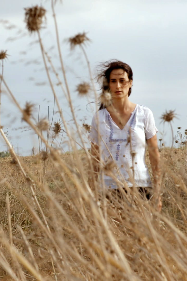 pin israeli woman in field